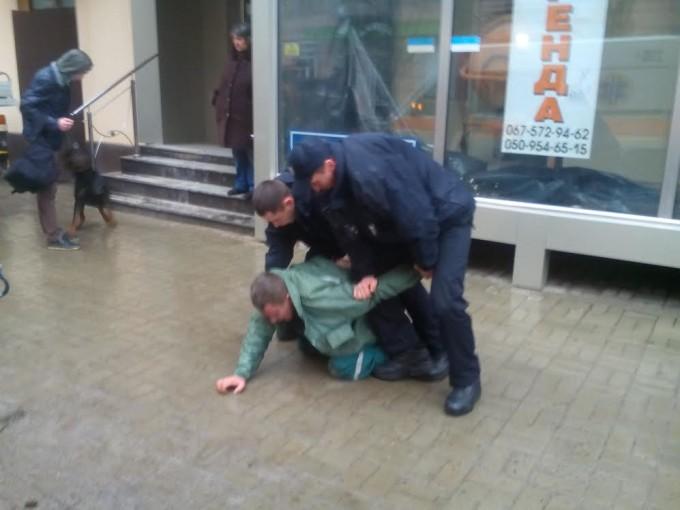 Сотрудники полиции пытаются усмирить буйного коммунальщика. Фото: «Главное».