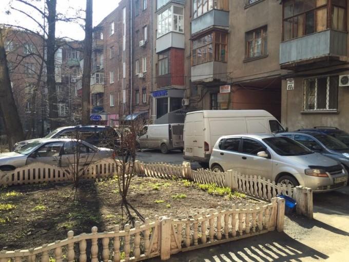 Водители организовали себе парковку во дворе на углу улиц Пушкинской и Ярослава Мудрого (бывш. улица Петровского). Фото: Дмитрий Макаров.