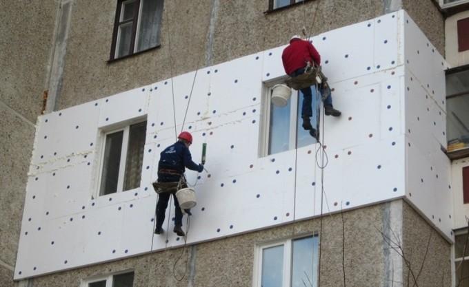 Процесс утепления стен при помощи пенопласта. Фото: frostair.com.ua