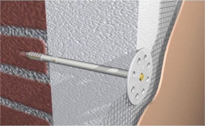 """Процесс утепления: 1) к стене при помощи специального клея прикрепляется пенопластовый блок; 2) пенопласт дополнительно прикрепляется к стене при помощи дюбелей """"грибок""""; 3) поверхность пенопласта закрывается арматурной сеткой; 4) поверх сетки наносится слой клеевой смеси; 5) на финальной стадии утепленная поверхность покрывается грунтовой смесью, а также декоративной штукатуркой (при желании верхний слой можно покрасить). Фото: prostoremont.com.ua"""