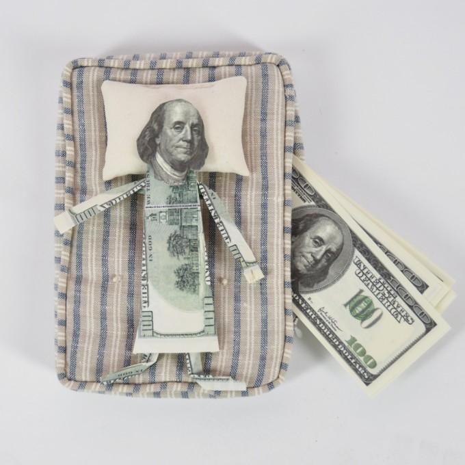 """Не всегда хранение денег """"под матрасом"""" является наиболее эффективным способом их сбережения. Фото: www.lospodarkos.ru"""
