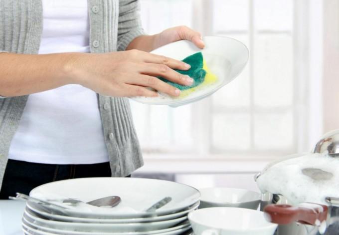 Мытье посуды в наполненной раковине гораздо экономнее, чем под проточной водой. Фото: cdn.newadnetwork.com