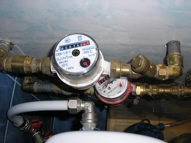 Счетчики горячей и холодной воды. Фото: kh.vgorode.ua