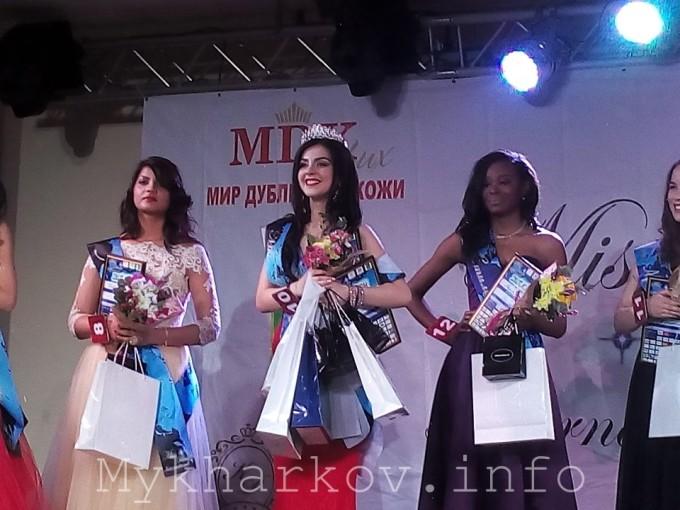 В центре - победительница Кристина из Грузии