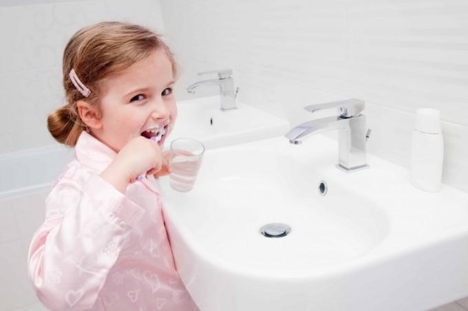 Закрывайте воду во время чистки зубов или бритья. Фото: lh4.googleusercontent.com
