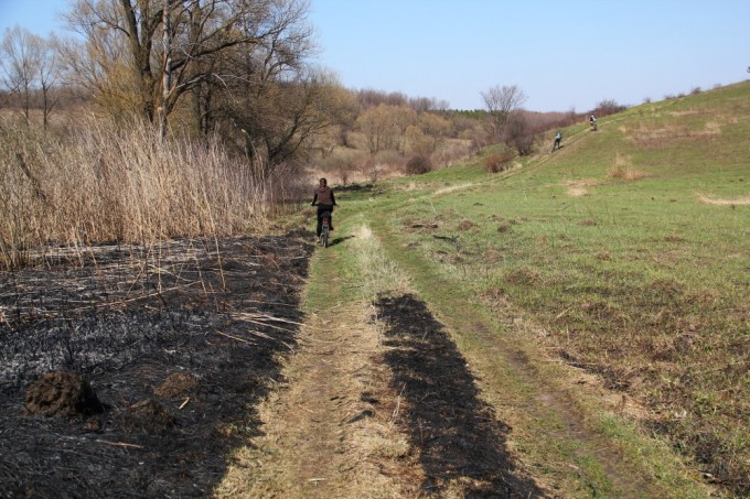 Дорога из леса ведет прямо к Вяловскому водохранилищу. Правда, прежде чем до него добраться, придеться преодолеть крутой подъем.