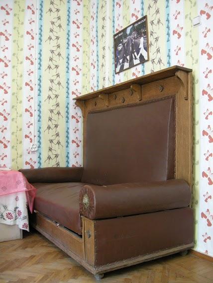 Исторический диван, который по иронии судьбы стал связующим звеном между поколениями украинских литераторов от Тычины до Жадана. Фото: litmuzey.057.ua