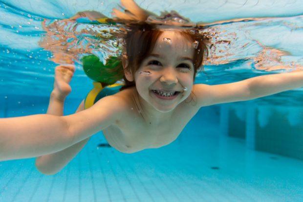 enfant-nageur-piscine_26544411