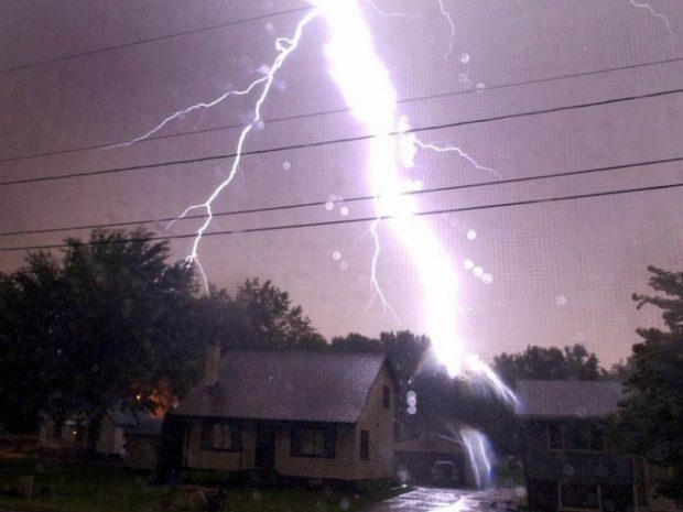 молния попала в дом