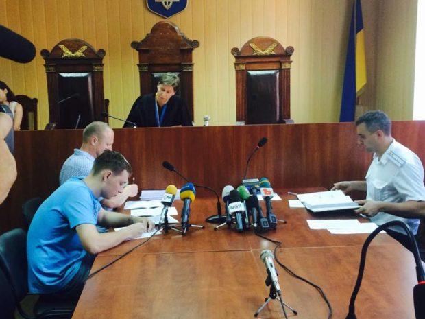 Александр Мамотюк (слева, ближний план) во время избрания меры пресечения. Фото: kh.depo.ua