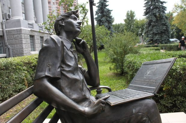 Памятник студенту-программисту возле ХНУРЭ