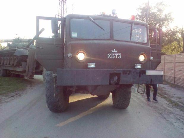 ВХарькове военный фургон, транспортирующий танк, наехал напешехода