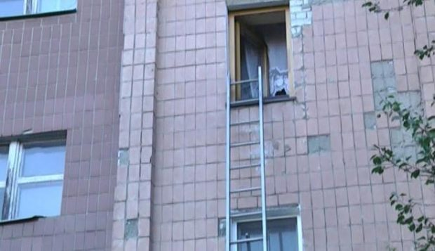 Окно квартиры, где было совершено убийство. Кадр из оперативного видео
