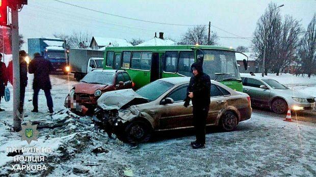 Наперекрестке столкнулись 3 автомобиля имаршрутка