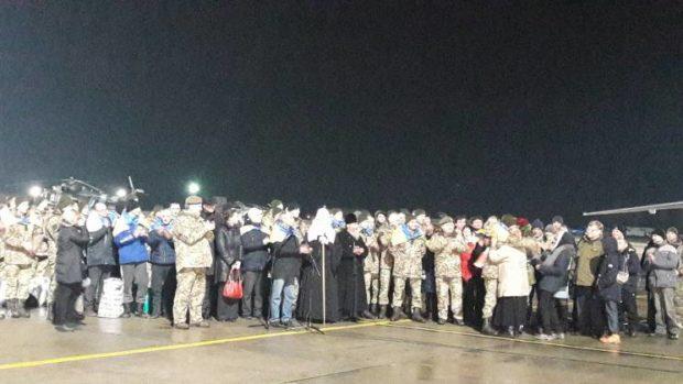ВКиеве около 18:00 ожидают прибытия самолета сосвобожденными пленными