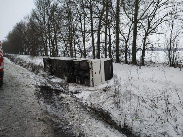 ВХарьковской области перевернулся рейсовый автобус