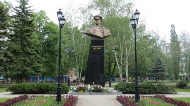 https://mykharkov.info/wp-content/uploads/2018/01/ZHukovu_marshalu_pamyatnik_Harkov-620x348.jpg