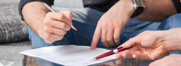 Совещание, две человека обсуждают документ