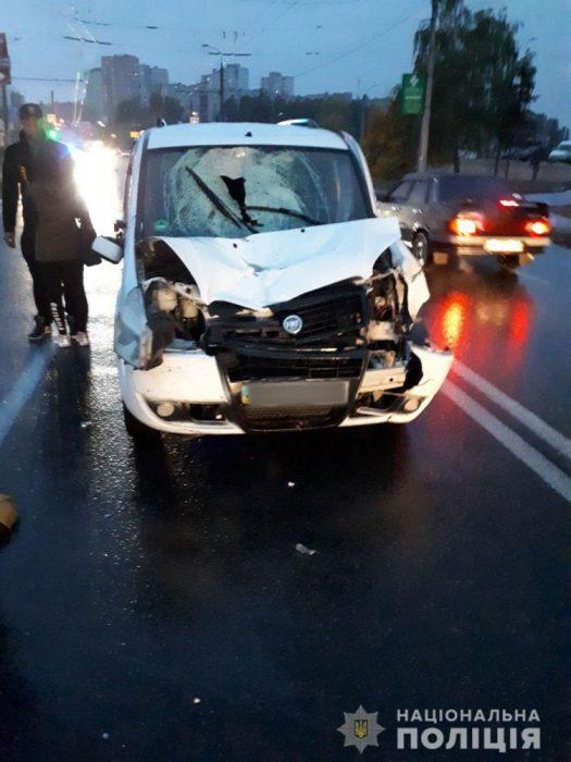 В Харькове автомобиль сбил пешеходов на переходе: один из пострадавших скончался на месте