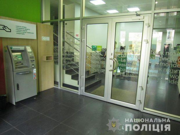 В центре Харькова у банка парень, угрожая ножом, пытался ограбить девушку