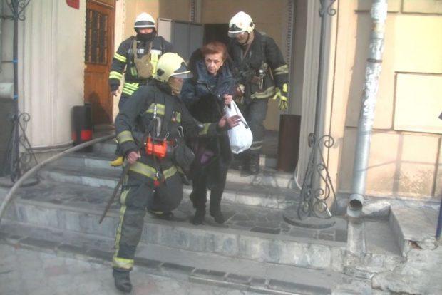 Пожар на площади Конституции: спасатели эвакуировали 22 человека и предотвратили попытку суицида
