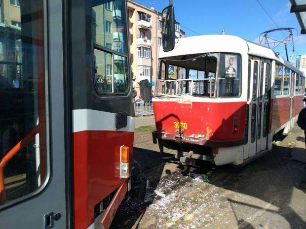 """В Харькове трамваи устроили """"гонки"""" и наехали на пенсионерку"""