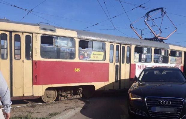 На Салтовке трамвай протаранил Audi