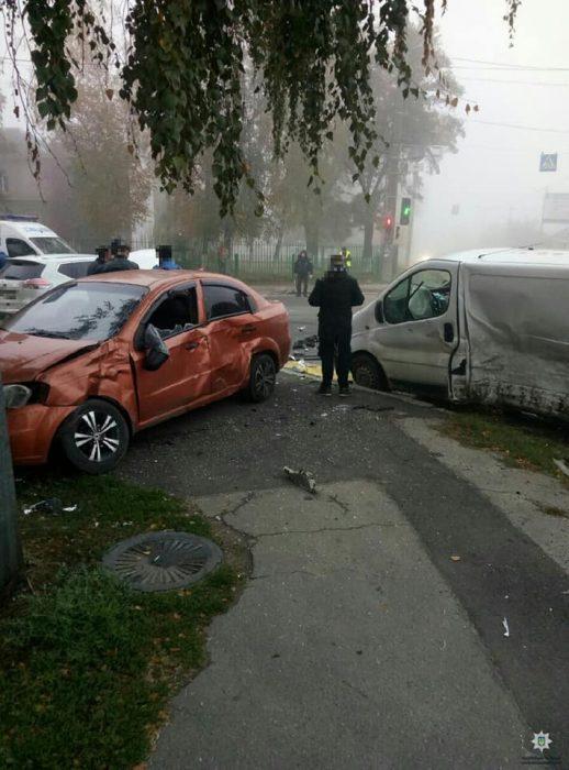 """В Харькове Nissan проехал на """"красный"""" и совершил тройное ДТП"""