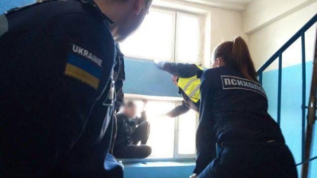 В Харькове мужчину отговорили прыгать из окна седьмого этажа