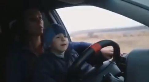 Скандальная харьковская блогерша, которую лишили водительских прав, посадила за руль ребенка