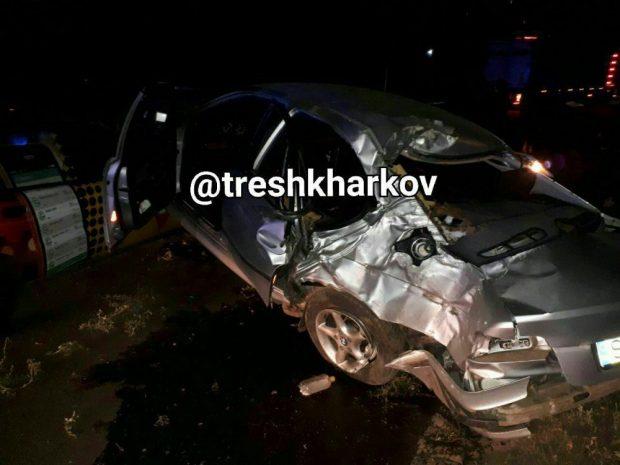 На Салтовке водитель BMW влетел в столб и приземлился на такси