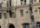 На площади Конституции мужчина выбрался на карниз дома в котором горит квартира