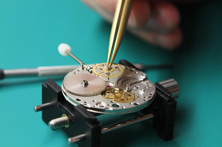 Недавно мне принесли большие напольные, так называемые струнные часы, которые сейчас уже почти никто не умеет чинить.