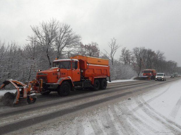 Дороги Харьковской области убирали от снега около ста единиц техники