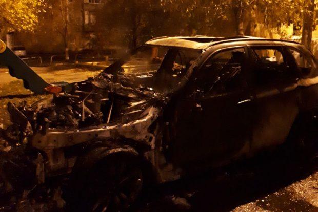 В центре Харькова сгорели внедорожник и микроавтобус