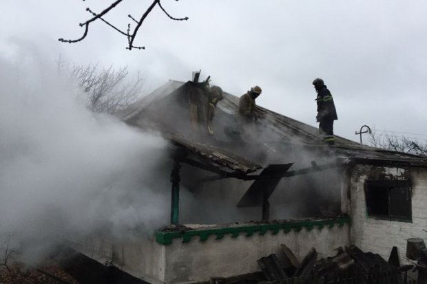 Под Харьковом соседка вывела из горящего дома 15-летнюю девочку
