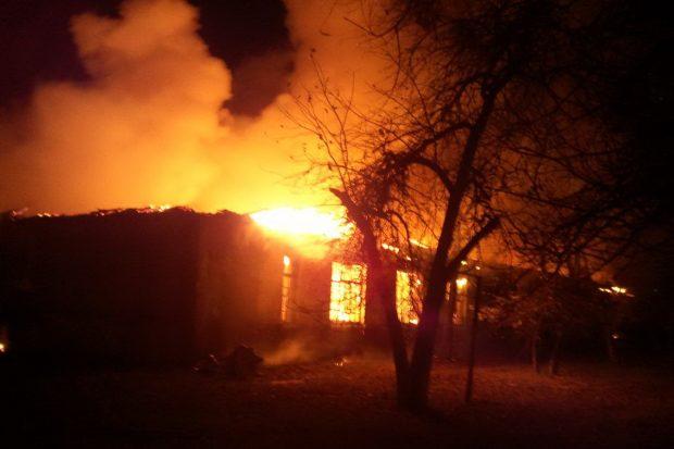 В Харькове спасатели гасят масштабный пожар