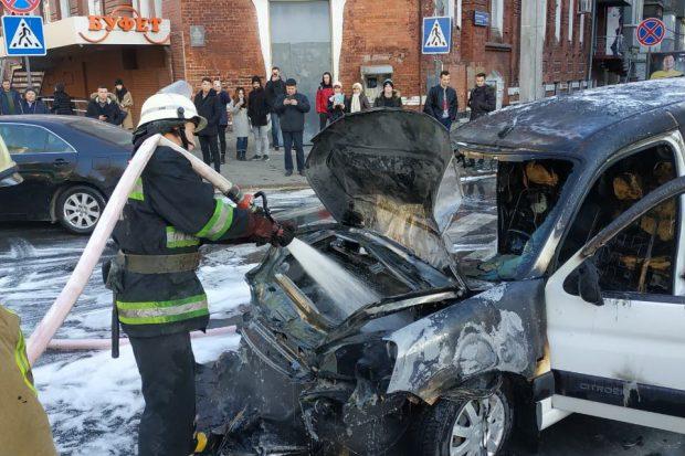 Во время движения в центре Харькова загорелась легковушка