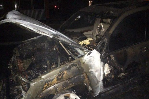 На Салтовке во дворе жилого дома сгорел внедорожник
