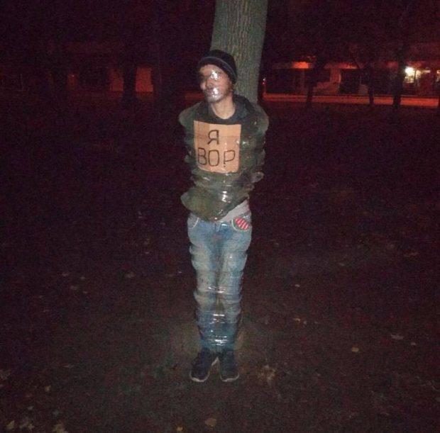 В Харькове вора скотчем привязали к дереву