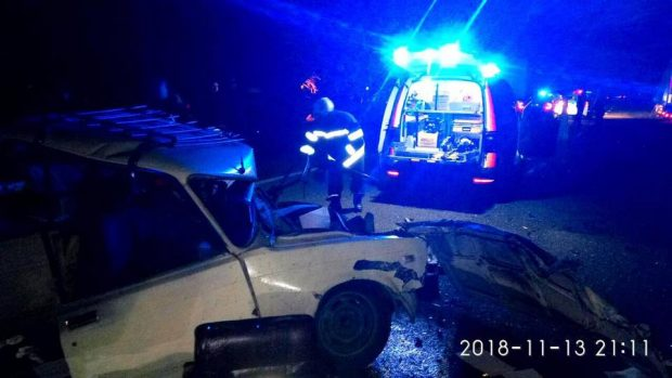 Под Харьковом легковушка столкнулась с грузовиком: водитель погиб, пассажира вырезали из машины