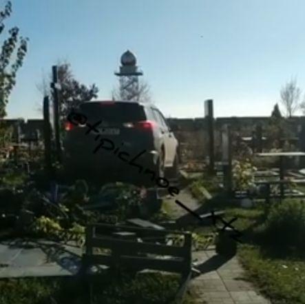 В Харькове батюшка не справился с управлением и проехал по могилам