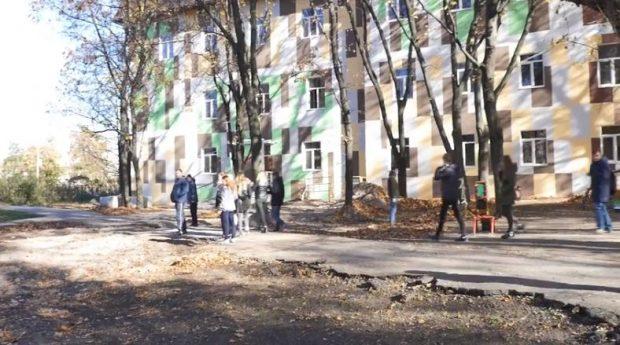 В Харькове курсанты-танкисты по приказу руководства ВУЗа убирают улицы