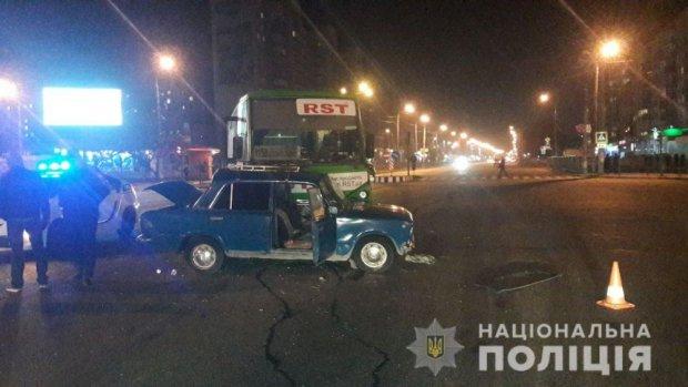 """В Харькове """"ВАЗ"""" столкнулся с маршруткой: пострадал маленький ребенок"""