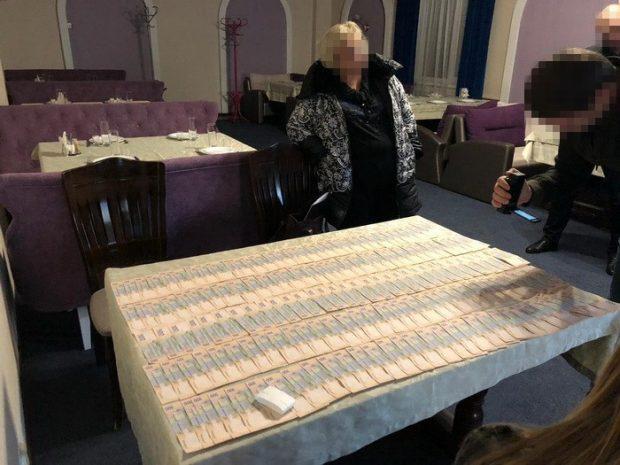 На Харьковщине чиновница налоговой попалась на крупной взятке