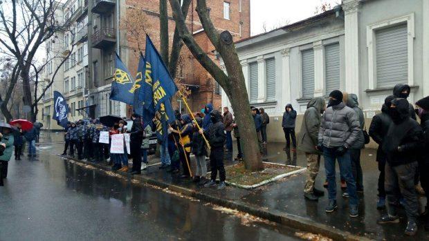 Возле консульства РФ в Харькове собрались несколько десятков человек: активисты принесли шины
