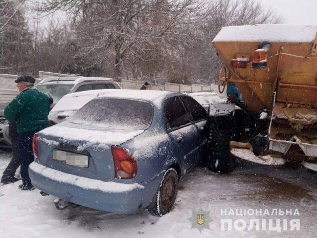 Снегопад на Харьковщине: трактор протаранил семь легковушек