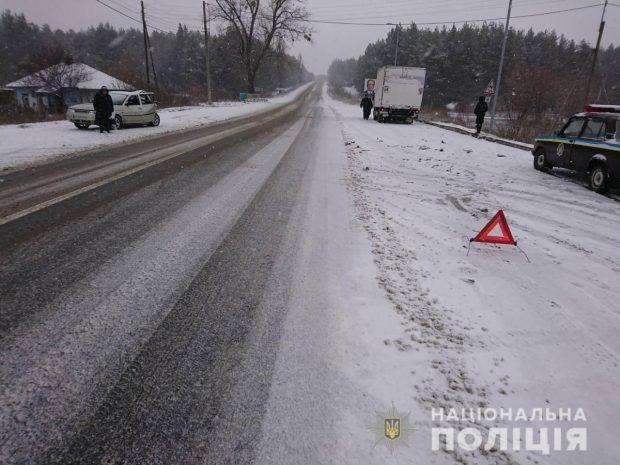 На летней резине по скользкой дороге: под Харьковом ВАЗ столкнулся с грузовиком