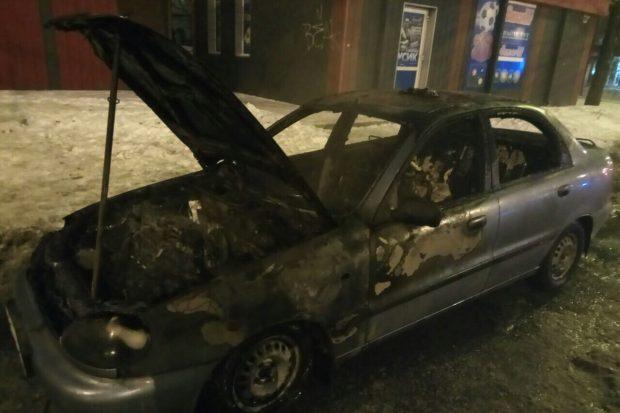 В спальном районе Харькова сгорел легковой автомобиль