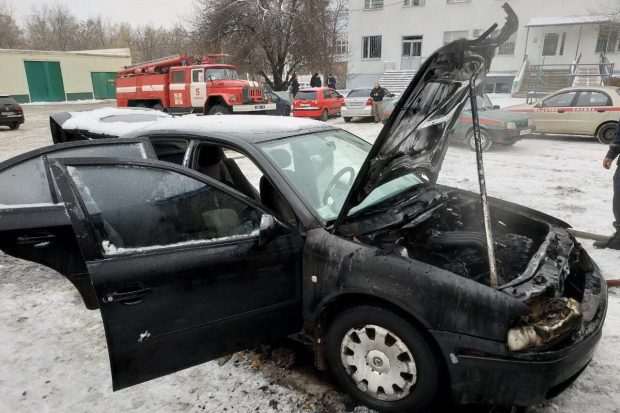 В спальном районе Харькова сгорели две легковушки